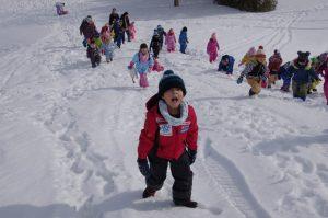 みんな元気に雪中ゲーム